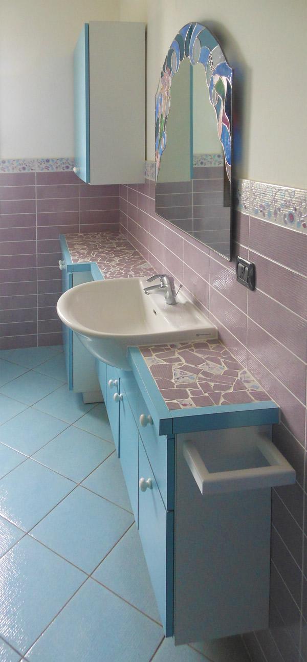 Mobile bagno con mosaico e vetrata